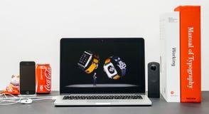 Κεντρική ιδέα της Apple με το ΓΟΥΡΓΟΥΡΙΣΜΑ Jeff Ουίλιαμς και τη σειρά 3 ρολογιών δέρμα Στοκ Φωτογραφίες
