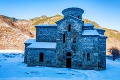 Κεντρική μεσαιωνική εκκλησία σε Arkhyz το χειμώνα Στοκ Φωτογραφίες