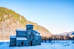 Κεντρική μεσαιωνική εκκλησία σε Arkhyz το χειμώνα Στοκ Φωτογραφία
