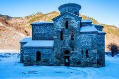 Κεντρική μεσαιωνική εκκλησία σε Arkhyz το χειμώνα Στοκ εικόνες με δικαίωμα ελεύθερης χρήσης