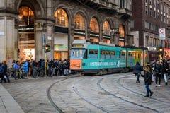 Κεντρική οδός του Μιλάνου με πολλούς ανθρώπους κοντά στο σταθμό τραμ, που βρίσκεται κοντά Piazza Del Duomo, Ιταλία Στοκ Φωτογραφία