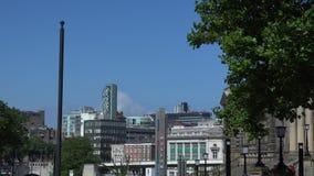 Κεντρικοί μπλε ουρανοί πόλεων του Λίβερπουλ και σύγχρονα κτήρια 4K απόθεμα βίντεο