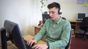 Κεντρικοί πράκτορες κλήσης που εργάζονται στο φωτεινό γραφείο τους φιλμ μικρού μήκους