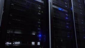 Κεντρικοί υπολογιστές στο κέντρο δεδομένων Τα ράφια κεντρικών υπολογιστών κλείνουν επάνω στο σύγχρονο κέντρο δεδομένων Δωμάτιο κε απόθεμα βίντεο