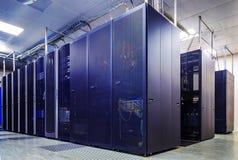 Κεντρικοί υπολογιστές υπολογιστών στο κέντρο δεδομένων Στοκ Φωτογραφίες