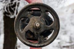 Κεντρικός αγωγός αερίου Βαλβίδα αερίου, εκλεκτής ποιότητας διοχέτευση με σωλήνες στη σκουριά Στοκ Φωτογραφίες