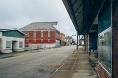 Κεντρικός δρόμος στην καταθλιπτική ήρεμη μικρή Midwest πόλη στοκ φωτογραφία