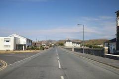 Κεντρικός δρόμος της παραλιακής πόλης στην Ουαλία στοκ φωτογραφία με δικαίωμα ελεύθερης χρήσης