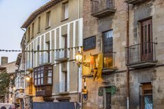 Κεντρικός δρόμος του μεσαιωνικού χωριού Olite Ναβάρρα Ισπανία στοκ φωτογραφία με δικαίωμα ελεύθερης χρήσης