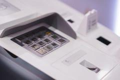 Κεντρικός πίνακας επιλογών του ATM με ένα πληκτρολόγιο για την πληκτρολογηση ενός προσωπικού κωδικού, ενός ανιχνευτή δακτυλικών α Στοκ φωτογραφία με δικαίωμα ελεύθερης χρήσης