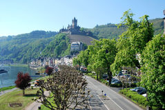 Κεντρικός δρόμος & κάστρο Cochem στον ποταμό Μοζέλλας στη Γερμανία στοκ φωτογραφία με δικαίωμα ελεύθερης χρήσης
