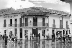 Κεντρικός δρόμος στη λευκιά πόλη popayan Κολομβία Νότια Αμερική στοκ εικόνα με δικαίωμα ελεύθερης χρήσης