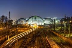 Κεντρικός σταθμός τρένου τη νύχτα στη Δρέσδη Στοκ Φωτογραφίες