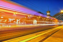 Κεντρικός σταθμός τρένου τη νύχτα στη Δρέσδη Στοκ φωτογραφία με δικαίωμα ελεύθερης χρήσης
