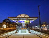 Κεντρικός σταθμός τρένου τη νύχτα στη Δρέσδη Στοκ εικόνα με δικαίωμα ελεύθερης χρήσης