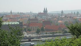 Κεντρικός της αρχαίας ευρωπαϊκής πόλης στη θερινή ημέρα, την παλαιά γοτθική αρχιτεκτονική, τα κτήρια και τις εκκλησίες φιλμ μικρού μήκους