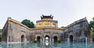 Κεντρικός τομέας του πανοράματος της αυτοκρατορικής ακρόπολης Thang μακριάς, πολιτιστικός ο σύνθετος περιλαμβάνοντας τη βασιλική  στοκ εικόνα
