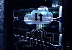 Κεντρικός υπολογιστής και υπολογισμός σύννεφων, αποθήκευση στοιχείων και επεξεργασία Διαδίκτυο και έννοια τεχνολογίας Στοκ Εικόνες