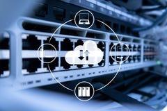 Κεντρικός υπολογιστής και υπολογισμός σύννεφων, αποθήκευση στοιχείων και επεξεργασία Διαδίκτυο και έννοια τεχνολογίας στοκ φωτογραφίες