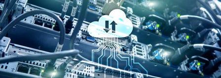 Κεντρικός υπολογιστής και υπολογισμός σύννεφων, αποθήκευση στοιχείων και επεξεργασία Διαδίκτυο και έννοια τεχνολογίας στοκ εικόνα