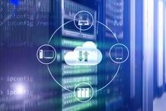 Κεντρικός υπολογιστής και υπολογισμός σύννεφων, αποθήκευση στοιχείων και επεξεργασία Διαδίκτυο και έννοια τεχνολογίας στοκ εικόνες με δικαίωμα ελεύθερης χρήσης