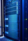 Κεντρικός υπολογιστής υπολογιστών και αποθήκευση επιδρομής στον κρύο μπλε τονισμό datacenter στοκ εικόνα