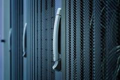 Κεντρικός υπολογιστής υπολογιστών στην κινηματογράφηση σε πρώτο πλάνο κεντρικών υπολογιστών ραφιών με το μπλε φως Στοκ Εικόνες