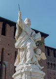 Κεντρικό άγαλμα του Μιλάνου με το παιδί στοκ φωτογραφία με δικαίωμα ελεύθερης χρήσης