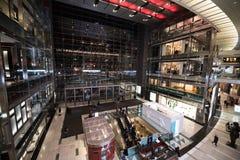 Κεντρικό εσωτερικό της Time Warner τη νύχτα στοκ φωτογραφία με δικαίωμα ελεύθερης χρήσης