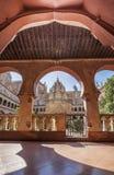 Κεντρικό μοναστήρι μοναστηριών οικοδόμησης Guadalupe από το ανοικτό arcade Στοκ Εικόνες