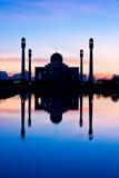 Κεντρικό μουσουλμανικό τέμενος κάτω από το ηλιοβασίλεμα Στοκ φωτογραφίες με δικαίωμα ελεύθερης χρήσης