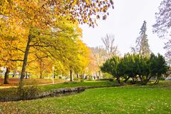 Κεντρικό πάρκο το φθινόπωρο - κέντρο της μικρής δυτικής Bohemian spa πόλης Marianske Lazne Marienbad - Δημοκρατία της Τσεχίας Στοκ Εικόνες