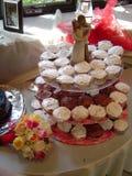 Κεντρικό τεμάχιο γαμήλιων τριών επιπέδων cupcakes Στοκ Φωτογραφίες