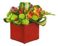 Κεντρικό τεμάχιο ρύθμισης ανθοδεσμών λουλουδιών στο βάζο που απομονώνεται στο λευκό Στοκ Εικόνες