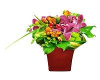 Κεντρικό τεμάχιο ρύθμισης ανθοδεσμών λουλουδιών στο βάζο που απομονώνεται στο λευκό Στοκ εικόνες με δικαίωμα ελεύθερης χρήσης