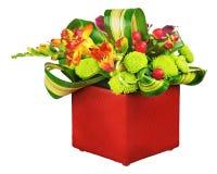Κεντρικό τεμάχιο ρύθμισης ανθοδεσμών λουλουδιών στο βάζο που απομονώνεται στο λευκό Στοκ φωτογραφία με δικαίωμα ελεύθερης χρήσης