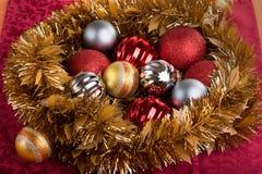 Κεντρικό τεμάχιο των σφαιρών Χριστουγέννων διακοσμητικών για τις διακοπές Χριστουγέννων Στοκ εικόνες με δικαίωμα ελεύθερης χρήσης
