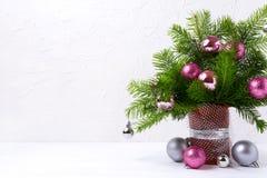Κεντρικό τεμάχιο Χριστουγέννων με τα ρόδινα και ασημένια μπιχλιμπίδια, διάστημα αντιγράφων Στοκ Φωτογραφίες