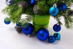 Κεντρικό τεμάχιο Χριστουγέννων με τις μπλε διακοσμήσεις και τους κλάδους έλατου σε GR Στοκ εικόνες με δικαίωμα ελεύθερης χρήσης