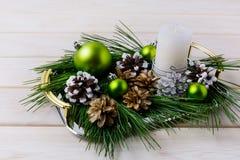Κεντρικό τεμάχιο Χριστουγέννων με τους ασημένιους, χιονώδεις και λευκαμένους κώνους πεύκων Στοκ εικόνα με δικαίωμα ελεύθερης χρήσης