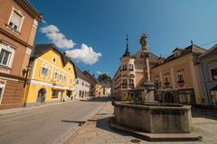 """Κεντρικό τετράγωνο μιας μικρής αυστριακής πόλης Windischgarsten στα αλπικά βουνά, Αυστρία luftkurort """"air spa """" στοκ εικόνα"""