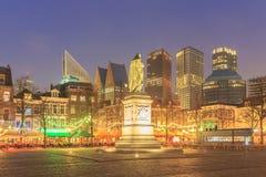 Κεντρικό τετράγωνο πόλεων της ολλανδικής κωμόπολης Χάγη τη νύχτα Στοκ φωτογραφία με δικαίωμα ελεύθερης χρήσης