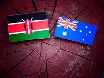 Κενυατική σημαία με την αυστραλιανή σημαία σε ένα κολόβωμα δέντρων που απομονώνεται Στοκ Εικόνες