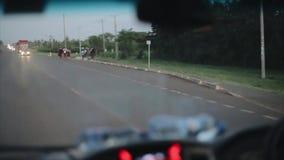 ΚΕΝΥΑ, KISUMU, 14 05 2018 αυτοκίνητο μέσα στην όψη Κινήσεις αυτοκινήτων κατά μήκος της εθνικής οδού Τα αφρικανικοί παιδιά και οι  φιλμ μικρού μήκους