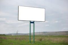 Κενός άσπρος πίνακας διαφημίσεων με το πρότυπο για τη διαφήμιση στο υπόβαθρο του νεφελώδους ουρανού στοκ εικόνα με δικαίωμα ελεύθερης χρήσης