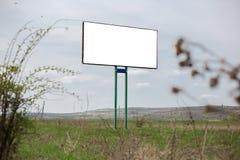 Κενός άσπρος πίνακας διαφημίσεων με το πρότυπο για τη διαφήμιση στο υπόβαθρο του νεφελώδους ουρανού στοκ φωτογραφίες με δικαίωμα ελεύθερης χρήσης