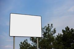 Κενός άσπρος πίνακας διαφημίσεων με το πρότυπο για τη διαφήμιση στο υπόβαθρο του νεφελώδους ουρανού στοκ φωτογραφία