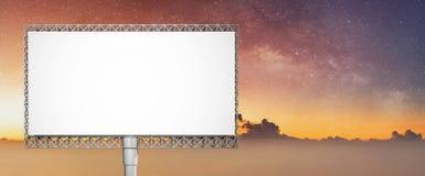 Κενός άσπρος πίνακας διαφημίσεων διαφημίσεων στο θερινό ουρανό στην αυγή με τον έναστρο ουρανό στοκ φωτογραφία με δικαίωμα ελεύθερης χρήσης