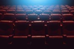 Κενός αίθουσα συνεδριάσεων θεάτρων ή κινηματογράφος κινηματογράφων με τα κόκκινα καθίσματα Στοκ Εικόνα