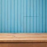 Κενός αγροτικός πίνακας πέρα από το μπλε ξύλινο υπόβαθρο Στοκ φωτογραφία με δικαίωμα ελεύθερης χρήσης